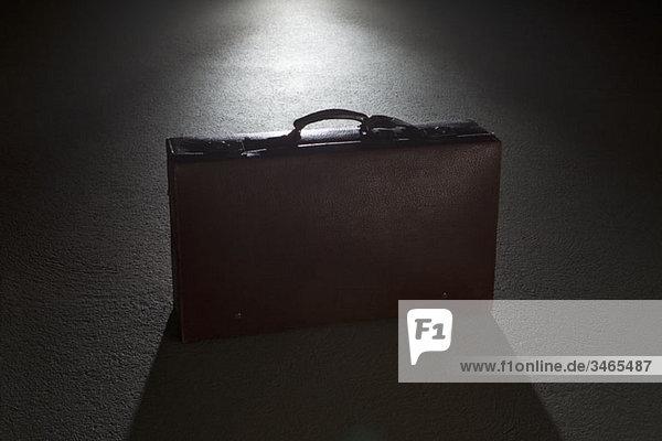 Ein Aktentaschenspot bei Nacht beleuchtet
