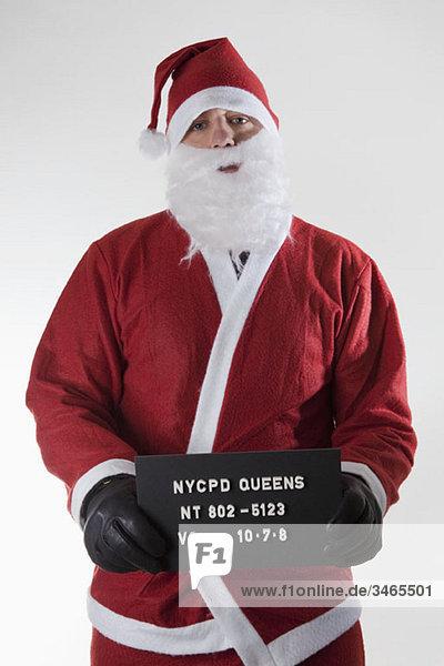 Weihnachtsmann posiert für ein Verbrecherfoto