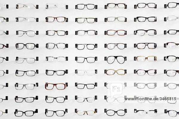 Brillenständer in einem Brillengeschäft