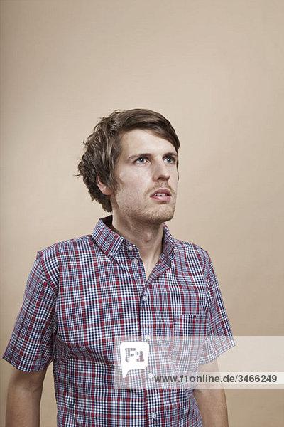 Porträt eines Mannes  der in Kontemplation aufblickt  Atelieraufnahme