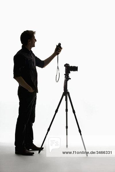 Ein Fotograf mit einem Belichtungsmesser