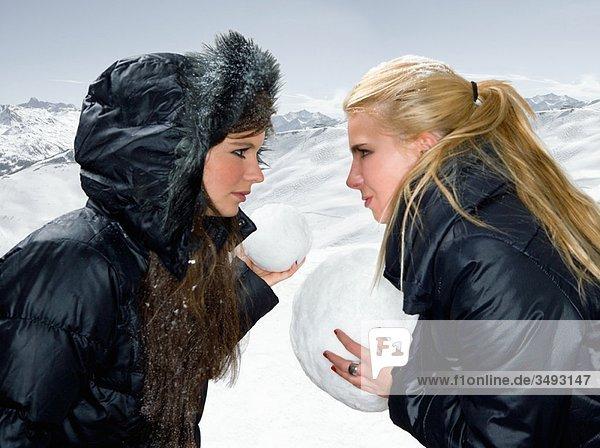Teenager Mädchen Schneeballschlacht