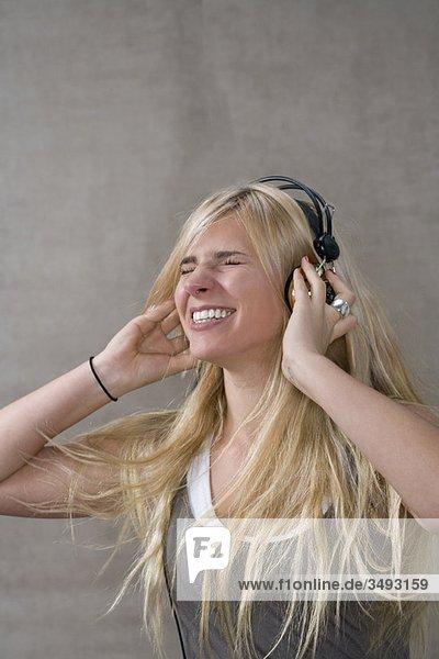 Teenagerin trägt Kopfhörer