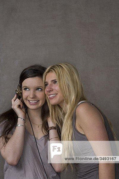 Jugendliche Mädchen mit Kopfhörer