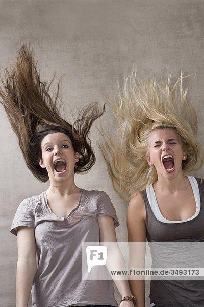 Teenagermädchen lachen zusammen