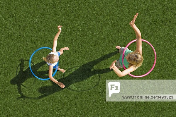 Mutter und Kind beim Spielen im Garten