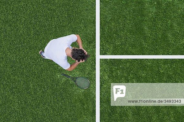 Mann verliert Tennisspiel