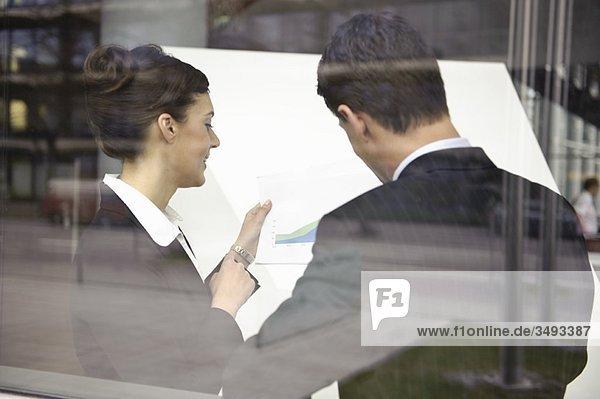 Geschäftsleute  die sich mit Papierkram beschäftigen