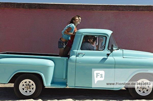 5 junge Leute  die mit dem Pickup unterwegs sind.