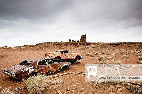 Autowracks in einer Wüstenlandschaft  Arizona  USA