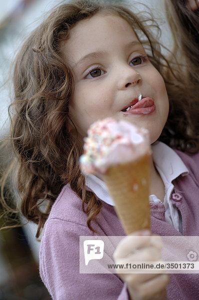 Mädchen isst ein Eis
