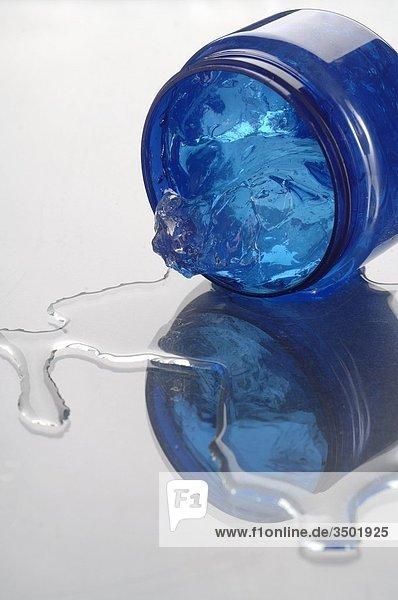 Blauer Cremetiegel