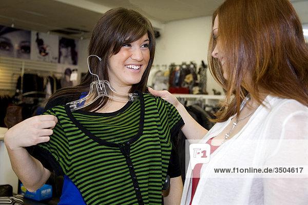 Junge Frauen einkaufen,  Whitby,  Ontario