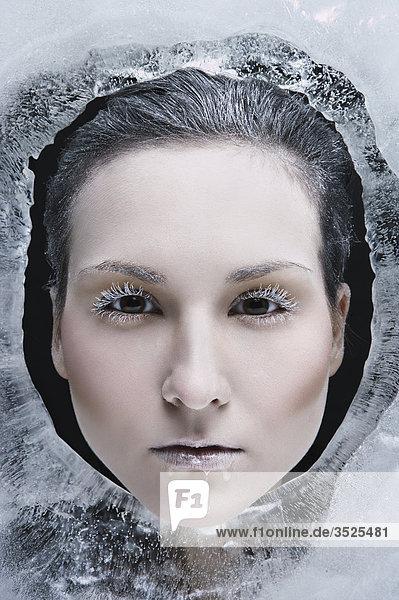 Womans Gesicht umgeben mit Eis