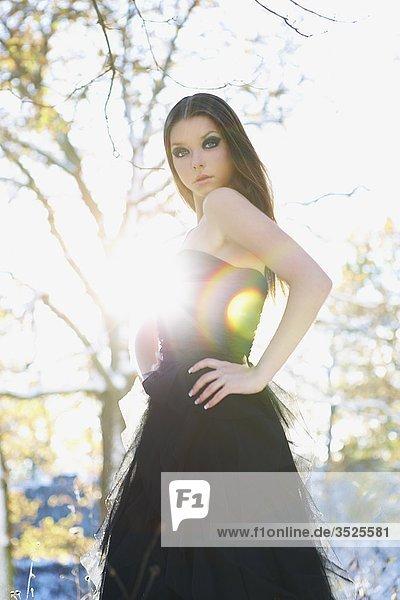 Junge Frau posing  Side view