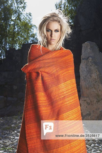 Junge Frau in Decke gewickelt