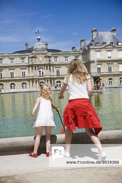 Girls playing Kanal in Stadt