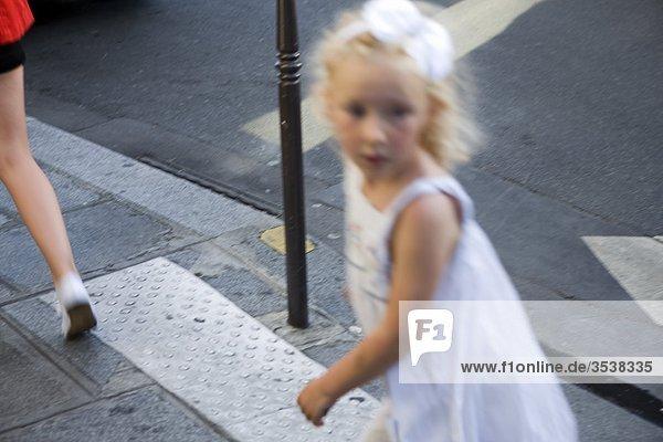 Girl walking auf Straße  verschwommen motion