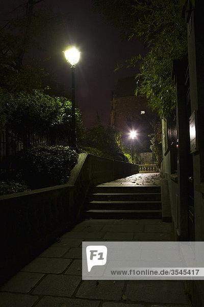 Von Straßenlaternen beleuchtete Treppen  Montmartre  Paris  Frankreich