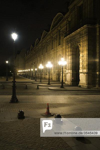 Frankreich  Paris  Außenseite des Louvre bei Nacht beleuchtet