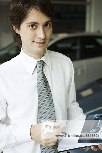 Verkäufer mit Broschüre
