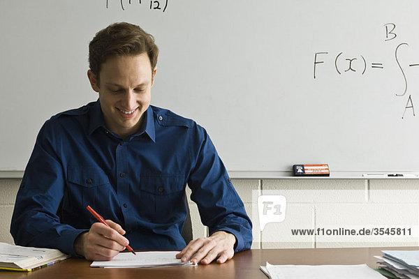 Lehrer bei den Hausaufgaben