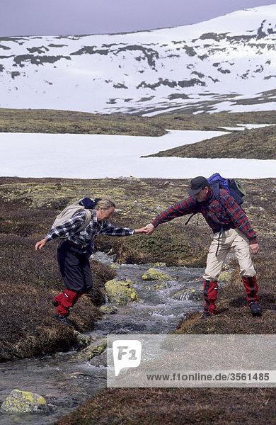 Skandinavien  Schweden  Dalarna  Frau Mann helfen bei der Kreuzung stream