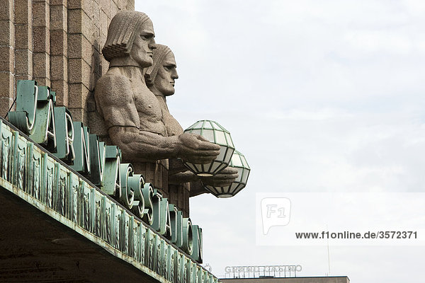Skulpturen an der Fassade des Hauptbahnhofs in Helsinki  Finnland
