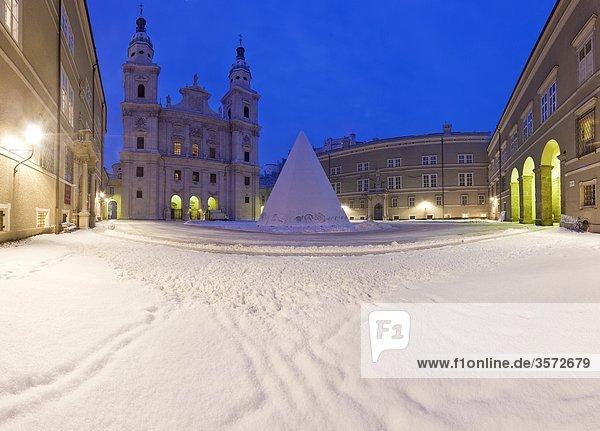 Dom an einem Wintermorgen  Salzburg  Österreich