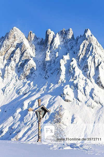 Das Gipfelkreuz am Hochkeil vor der Mandlwand  Berchtesgadener Alpen  Österreich