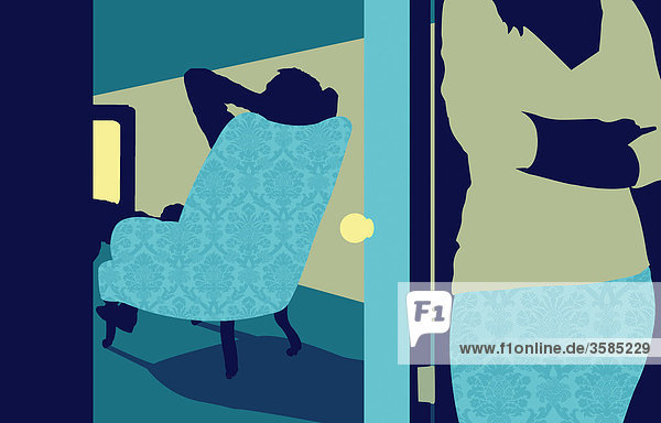 Mann schaut Fernsehen mit Frau hinter der Tür