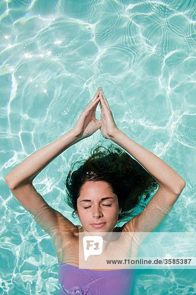 Gelassene Frau im Schwimmbad