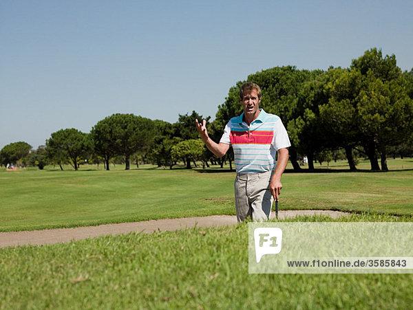 Mann Golfen  stecken in bunker