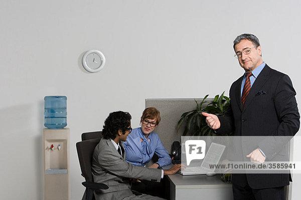 Boss zeigt auf Geschäftsleute