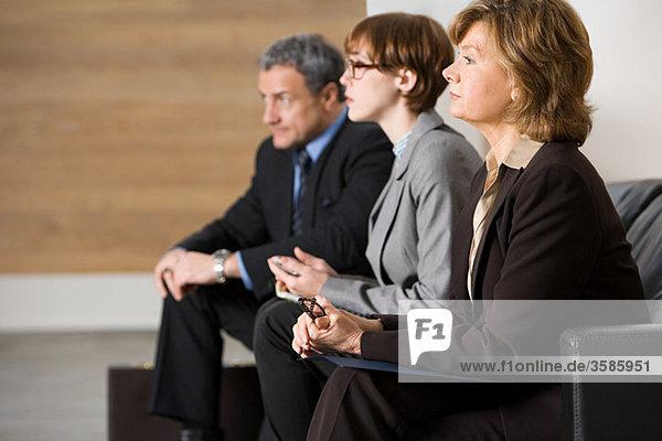 Geschäftsleute warten auf ein Vorstellungsgespräch Geschäftsleute warten auf ein Vorstellungsgespräch