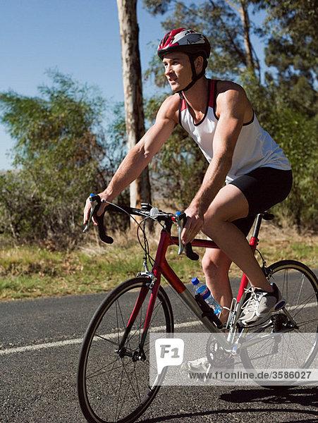 Junger Mann beim Radfahren auf der Straße