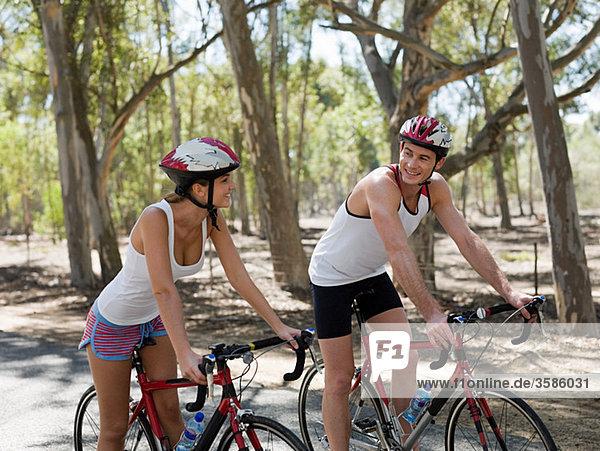 Junges Paar beim Radfahren im Wald