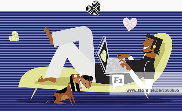 Herzen umgeben Mann mit Laptop auf einer Chaiselongue