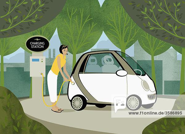 Frau lädt Elektroauto zwischen Bäumen auf Frau lädt Elektroauto zwischen Bäumen auf