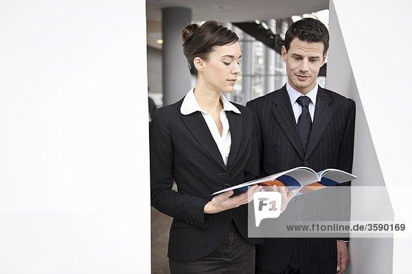 Geschäftsleute schauen sich die Broschüre an