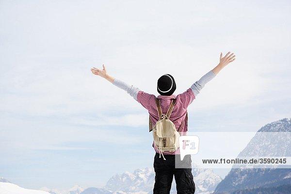 Mann umarmt den Himmel