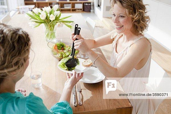 Zwei Frauen bei Tisch mit gemischtem Salat