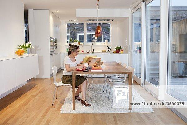 Frau mit Notizbuch im Home-Office