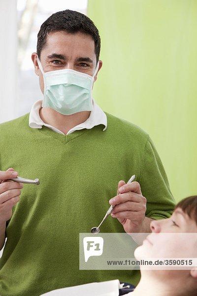 Zahnarzt mit Patient in der Chirurgie