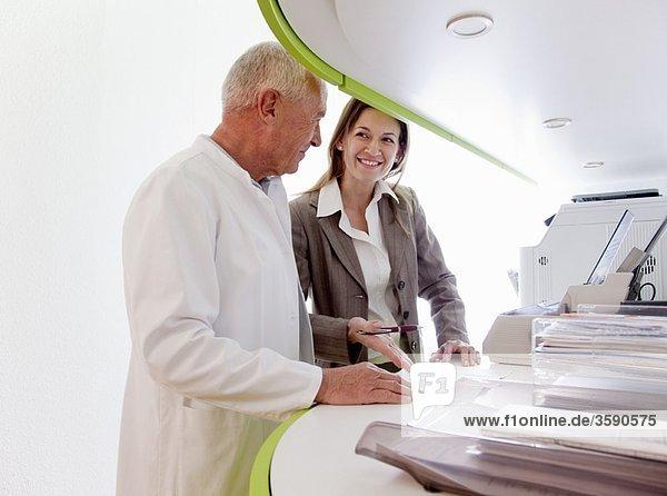 Arzt und Geschäftsfrau in der Chirurgie