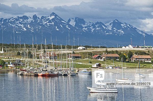 Blick auf Ushuaia mit Jachthafen  Tierra del Fuego  Argentinien