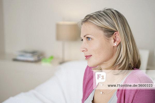 Nahaufnahme einer Frau beim Denken