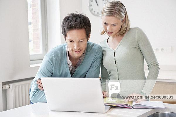 Paar arbeitet an einem Laptop