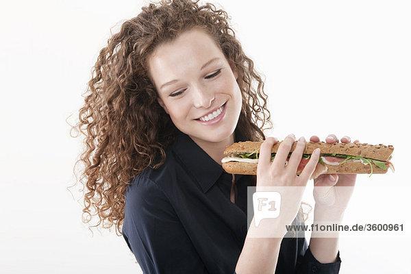 Frau mit einem Sandwich
