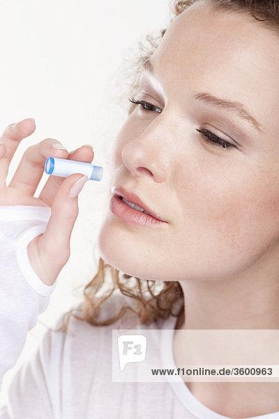 Nahaufnahme einer Frau  die homöopathische Arzneimittel einnimmt
